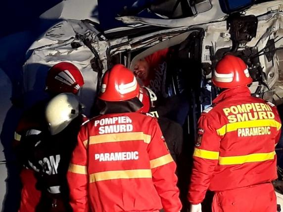 Accident cumplit pe DN6! Două TIR-uri s-au ciocnit violent, iar unul dintre șoferi a rămas încarcerat