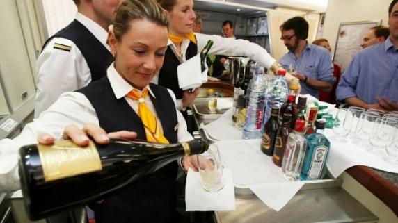 Adio băuturi alcoolice în timpul zborurilor aeriene! De ce s-a luat decizia?