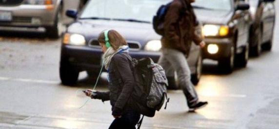 Amenda pentru pietonii care stau cu ochii in telefon atunci cand traverseaza strada
