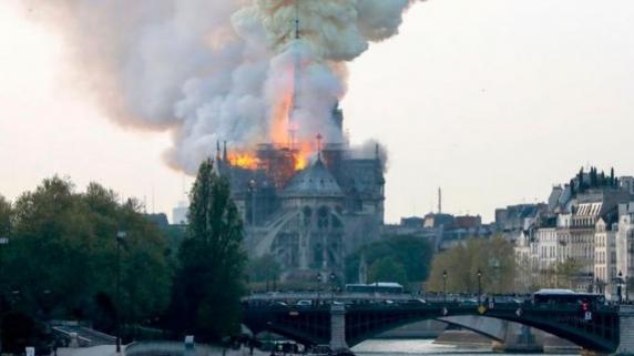 Arde Catedrala Notre-Dame de Paris. Unul dintre turnuri s-a prabusit in flacari