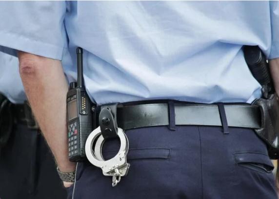 Bărbat reţinut după ce a dat mită 200 de euro unui polițist