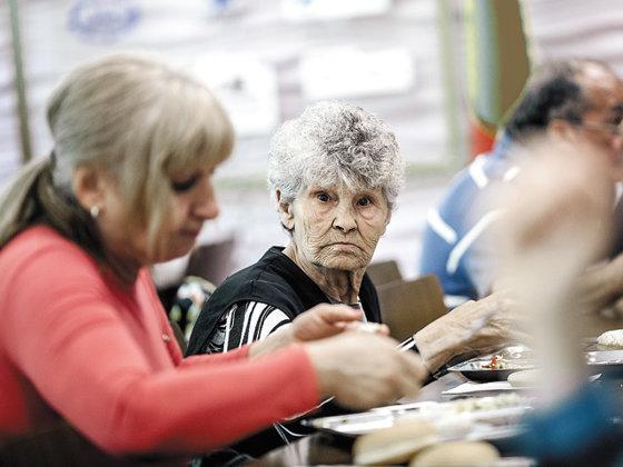 Ca sa iasa la vot sau ca sa stea in casă? Vârstnicii peste 75 de ani, cu pensie socială, primesc vouchere cu o săptămână înaintea alegerilor