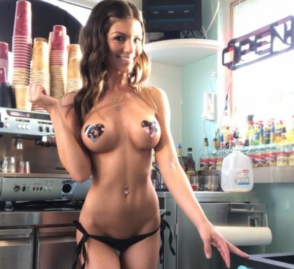 Cafeneaua in care chelnerițele te servesc în sânii goi și-n bikini