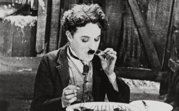 """Charlie Chaplin era pedofil si pervers: """"M-a sedus când aveam 15 ani. Mă împrumuta altor bărbaţi și voia să mă vadă facând sex cu femei!"""""""