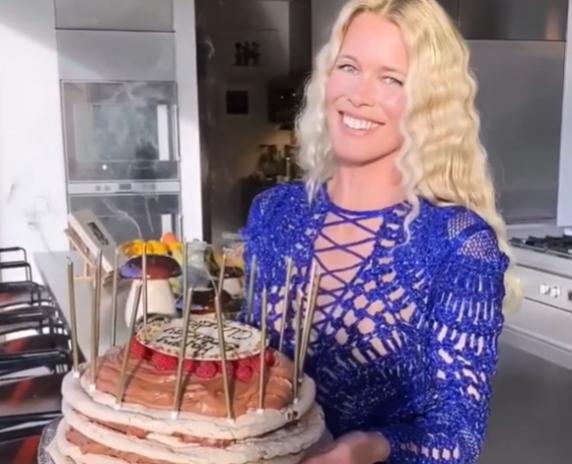 Claudia Schiffer a împlinit 50 de ani, dar arată ca la 20!