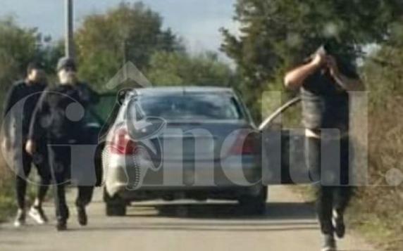 Continuă jafurile in trafic: Un şofer a fost tâlhărit în miezul zilei. Hotii i-au blocat maşina şi i-au furat borseta