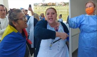 """Cum a atacat Diana Șoșoacă alături de fanii ei un centru de vaccinare. Medic: """"Sincer, m-am temut pentru viața mea"""""""