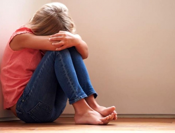"""Cum ajung copiii să creadă că abuzurile sexuale sunt normale: """"Asta e dragostea pe care un tată i-o oferă fetiței lui, iar eu nu știu să răspund la ea"""""""