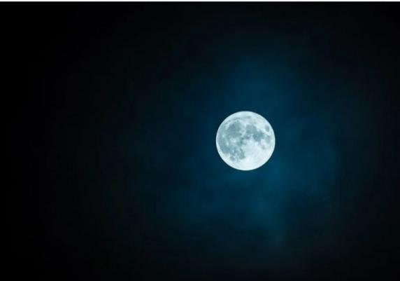 Cum influențează fazele Lunii somnul nostru. Mai ales bărbații sunt afectați