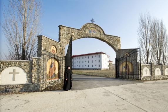 Cuviosul Gigi Becali a dat în judecată o mănăstire pentru a-i lua o parte din teren
