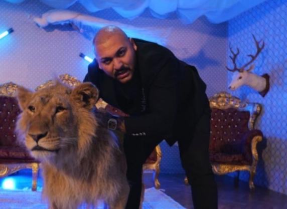 """Dani Mocanu, reacție după ce i s-a făcut dosar penal pentru că a filmat un videoclip cu un leu rănit. """"Leul trăiește mai bine decât voi toți"""""""