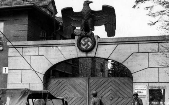 Descoperire de groază la primul lagăr de concentrare nazist. Cum au reacţionat soldaţii americani cand au vazut munti de cadavre