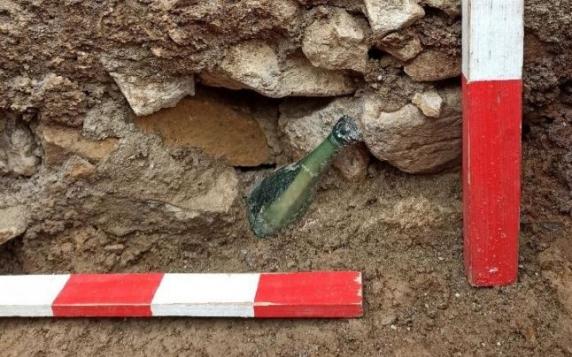 Descoperire în curtea Mănăstirii Văratec. Sticlă cu răvaş găsită îngropată lângă mormântul Veronicăi Micle