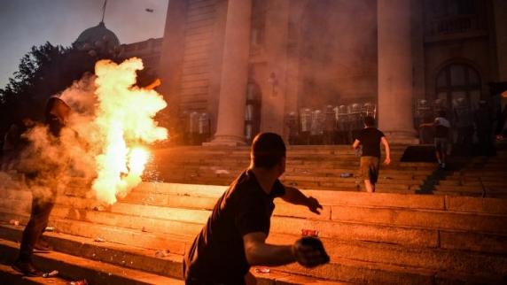 DEUTSCHE WELLE: Proteste violente la Belgrad pentru reluarea restricţiilor