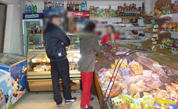 """Dialog mega-amuzant într-o alimentară din Vaslui, între vânzătoare și o clientă româncă întoarsă din Italia: """"50 de lei, fă! Că ești de la mine din sat"""""""