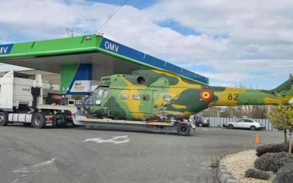 """Elicopter al Armatei Române surprins într-o benzinărie. Un glumeţ: """"Îl duce la programul rabla!"""""""