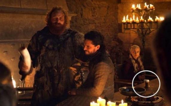 """Emilia Clarke a dezvăluit cine a uitat recipientul pentru cafea care a apărut într-un episod din """"Game of Thrones"""""""