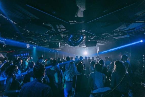 Experiment Covid în Olanda: Oamenii au fost încurajați să ia cu asalt ringul de dans și să cânte fără mască la petrecere