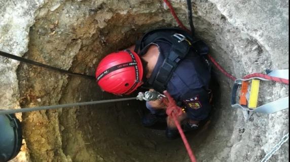 Femeie salvată dintr-o fântână adâncă de 25 de metri