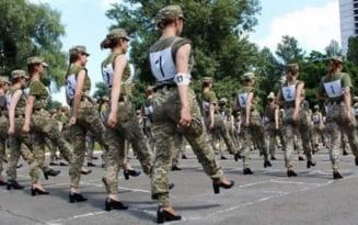 """Femeile-soldat, puse sa marsaluiasca pe tocuri de 7 centimetri in Ucraina: """"Nu ne putem gandi la o idee mai stupida"""""""