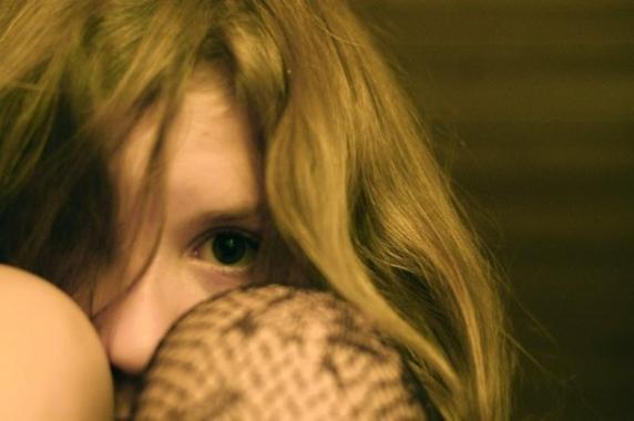 Fetița a cerut ajutor vecinilor în miez de noapte. Ușile i-a fost închise, mama ei a fost ucisă