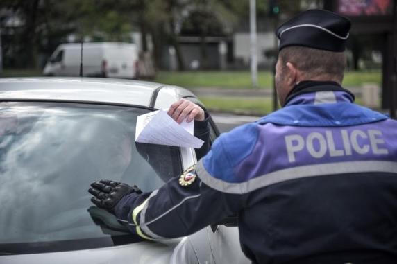 Francezii vor putea ieși din casă doar cu documente de derogare. Polițiștii vor păzi respectarea restricțiilor