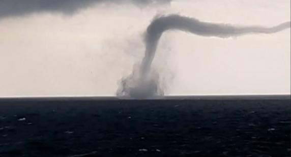 Imagine spectaculoasă cu o tornada in Marea Neagra. Saptamana cu manifestari meteo extreme in Romania