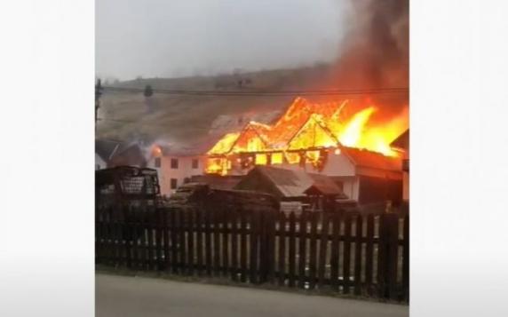 Incendiu puternic la Moeciu de Sus. Trei imobile, cuprinse de flăcări