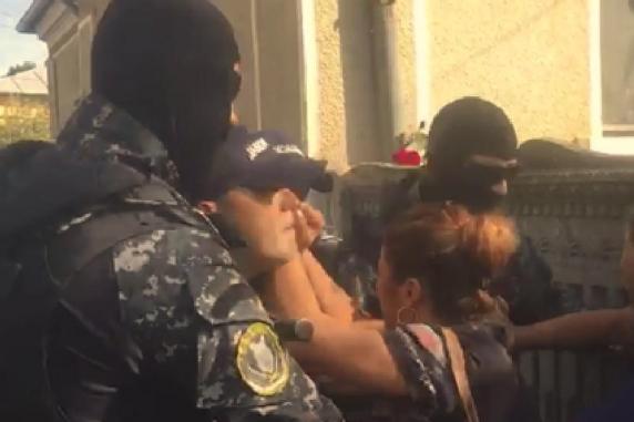 Jandarmii la familia Melencu pentru a pune în executare mandatul DIICOT. Mama şi bunicul Luizei duşi la spital, după ce li s-a făcut rău