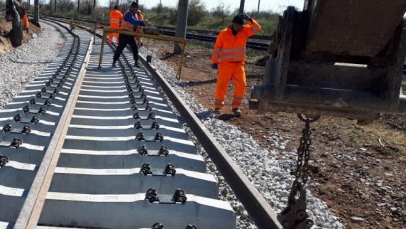 La calea ferata Bucuresti - Otopeni se lucreza masiv in ciuda deciziei executorii de blocare a constructiei data de Curtea de Apel
