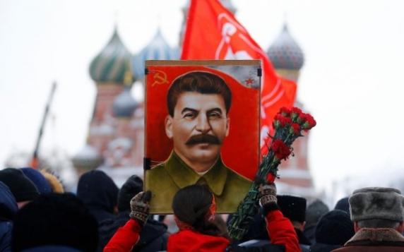 Lipsa eroillor moderni şi nevoia de un tătuc: De ce creşte popularitatea criminalului Stalin in Rusia la cote alarmante