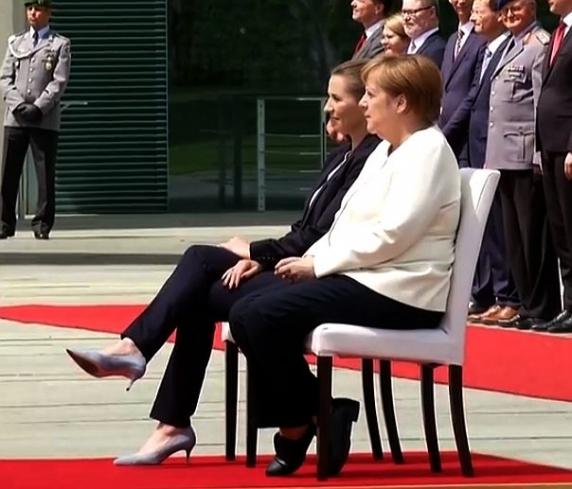 Merkel a stat pe scaun la primirea premierului Danemarcei, dupa episodul de tremurat de ieri