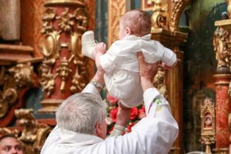 Moartea bebelusului inecat in cristelnita schimba regulile botezului. Copilul nu va mai fi scufundat daca parintii nu sunt de acord