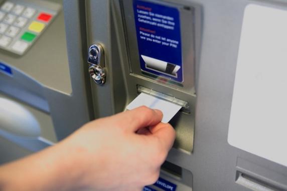 Multe persoane au bagat cardul de sanatate in bancomate pe motiv ca are bani europeni