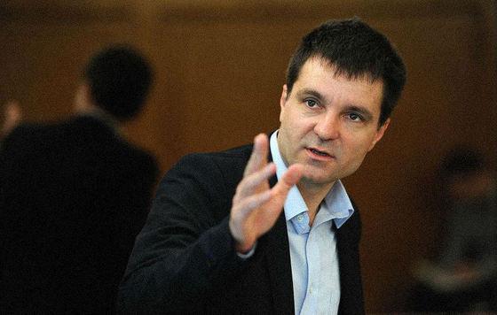 Nicusor Dan aplaudat la scena deschisa de taximetristii anti-aplicatii la Ministerul Transporturilor