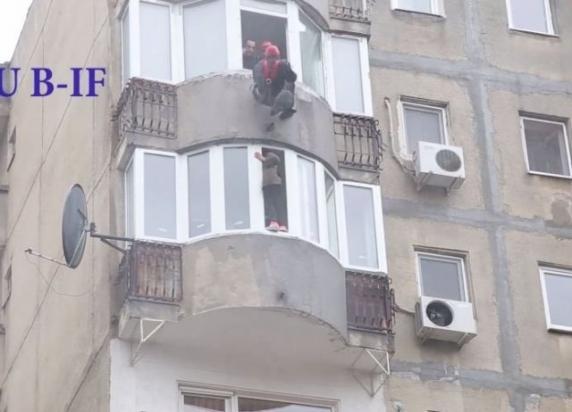 O femeie care ameninţa că se aruncă de la etajul 6, salvată cu forţa de pompieri