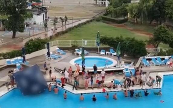 O fetiţă de 5 ani a rămas cu mâna blocată în tubul de scurgere al unei piscine din Mamaia. Turiştii au încercat să golească bazinul cu găleţile