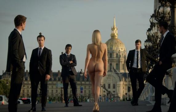 """O moldoveancă a defilat goală în serialul """"Emily in Paris"""". Mesajul tinerei: """"Fetelor, mergeţi la şcoală, altfel veţi ajunge ca mine!"""""""