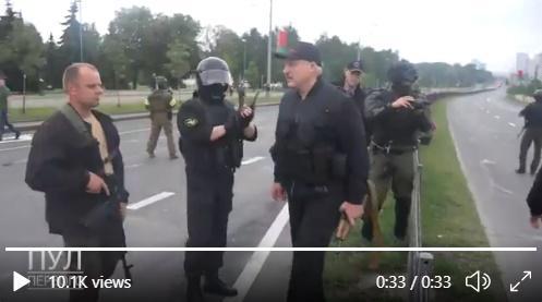 O înregistrare îl prezintă pe Lukașenko cu vestă antiglonț și cu un kalașnikov în mână