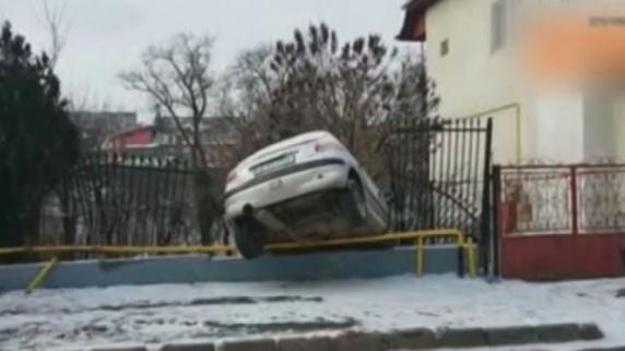 O șoferiță drogată a intrat într-un copac și în gardul unei case