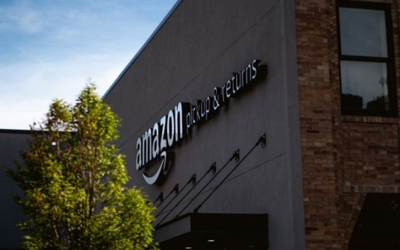 """Operatiunea """"Veritas"""": Amazon a recrutat in 2018 o armată de postaci pentru a apăra imaginea companiei pe internet"""