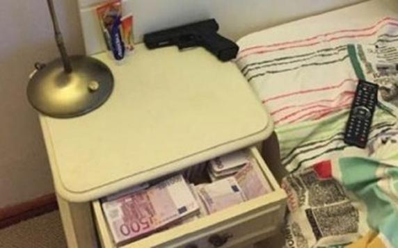 Presa bulgară a publicat fotografii din dormitorul premierului Borisov, în care liderul de la Sofia doarme lângă o armă şi o grămadă de bani