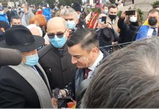 Primarul Mihai Chirica stropit cu iaurt la protestul din Piata Unirii la Iasi de Ziua Principatelor