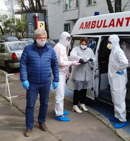 Primarul Tudorache face teste de coronavirus la usa blocului. Sunt teste rapide, inutile, contestate de specialisti