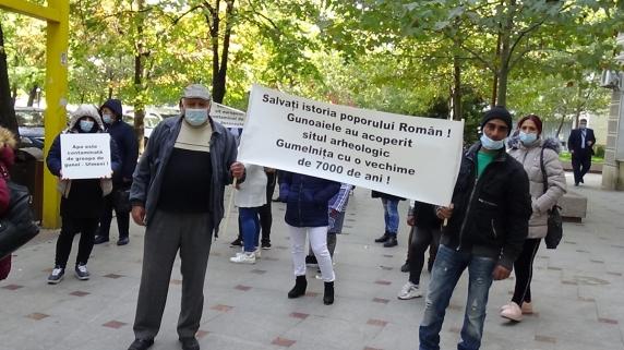 Protestul locuitorilor din Ulmeni Călărași în fața Gărzii Naționale de Mediu contra celei mai periculoase gropi de gunoi