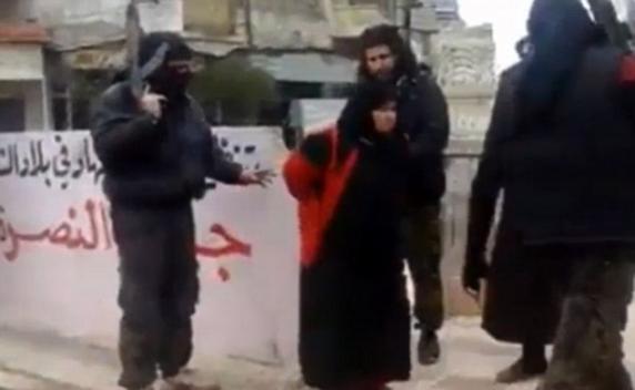 Religia dracului! Un jihadist ISIS și-a EXECUTAT propria MAMĂ în piața publică!