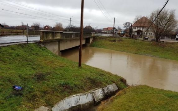 Risc de rupere a digului de protecţie care preia unda de viitură produsă pe Olt, în Baraolt: 300 de persoane evacuate preventiv