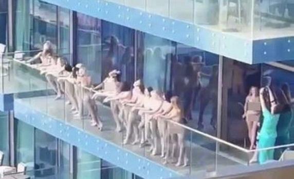 S-a aflat cine sunt fetele care au pozat goale pe balcon in Dubai. Sunt si două românce printre ele si promovau un site porno
