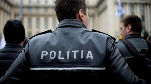 Scandal cu focuri de armă în Dâmbovița: Doi polițiști au fost atacați cu coasa și au ajuns la spital cu degetele tăiate