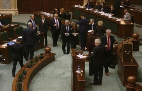 Scandal la Parlament. Senatorii PNL si USR au părăsit sala de ședințe. Care a fost motivul discordiei